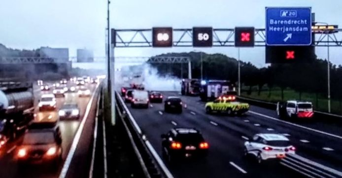 Op de A29 bij Barendrecht staat een vrachtwagen in brand.