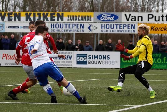Rik Impens geeft de bal voor maar ook deze kans zal niets opleveren voor Hoek. Rechts Dovo-doelman Rodney Ubbergen, die allerlei geluiden naar zijn hoofd kreeg geslingerd.