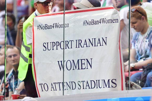 Een vrouw haalde een banner boven zodat ook vrouwen het stadion mogen betreden in Iran. Iets wat vandaag de dag nog niet het geval is.