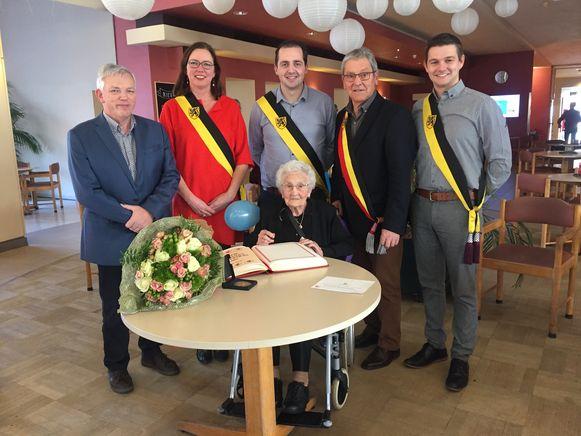 Maria Vanherck kreeg op haar verjaardag bezoek van een delegatie van het gemeentebestuur.