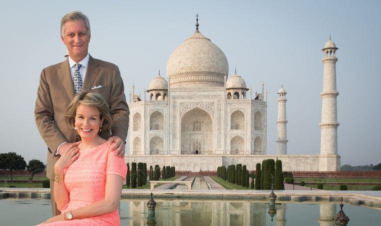 Koning Filip en koningin Mathilde voor de Taj Mahal in India. Dat vijfdaagse staatsbezoek werd de  grote slokop in het budget, want ook tal van vertegenwoordigers reisden mee.