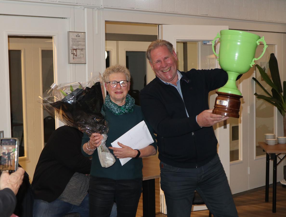 Vertegenwoordigers van het winnende team Verbijsterend Goed (rechts met wisselbeker) en Bossche Bollen (3e)