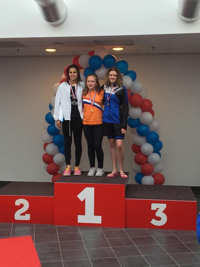 Drie leden van zwemclub De Dinkel behaalden een medaille bij de Nederlandse Jeugd en Junioren Kampioenschappen lange baan.