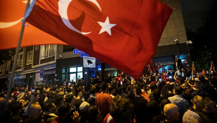 Nederlandse Turken verzamelden zich afgelopen weekeinde bij het Turkse consulaat in Rotterdam en uiten hun steun voor Erdogan.