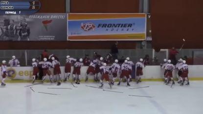Jeugdspelers in het ijshockey die zelfs jonger zijn dan 16 jaar gaan met elkaar op de vuist. Politie moet ingrijpen