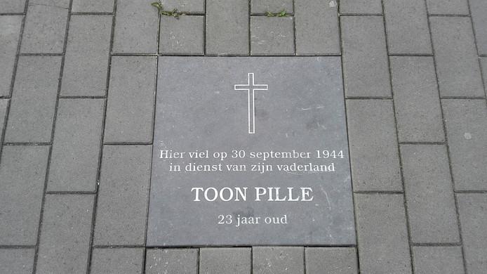 Bij het Huis van de Stad in Gouda herinnert een tegel aan Toon Pille.