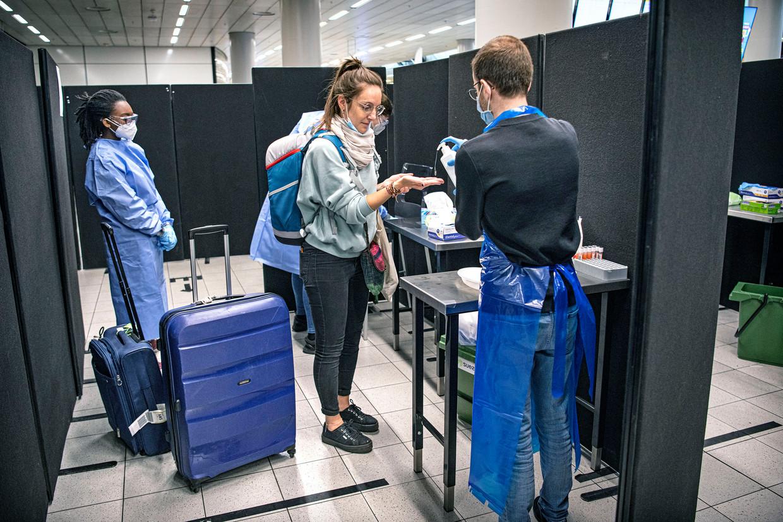 De GGD op Schiphol controleert reizigers uit Zuid-Europa op Covid-19, op vrijwillige basis. Beeld Guus Dubbelman / de Volkskrant