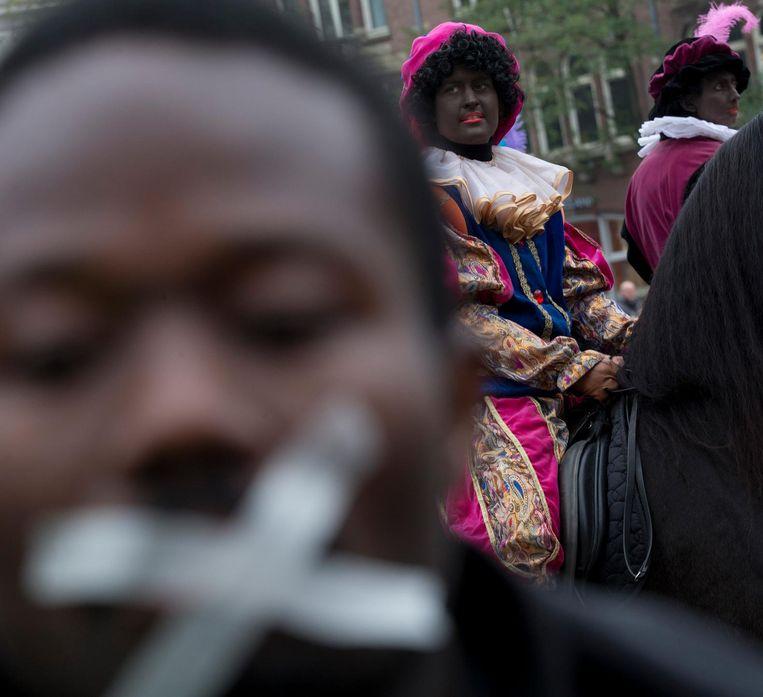 Een demonstrant tijdens de intocht van Sinterklaas Beeld ap