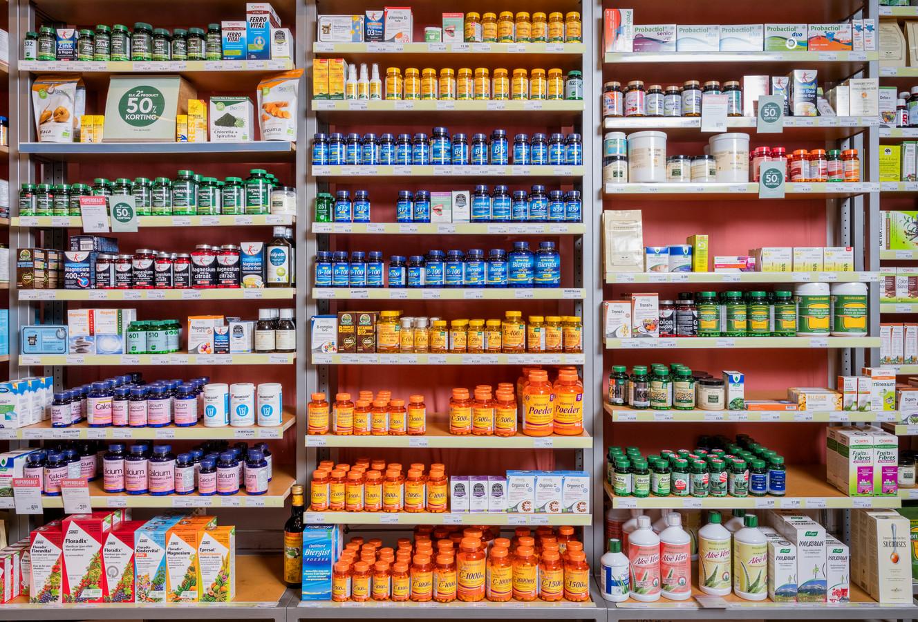 Fabrikanten spelen handig in op de behoefte aan extra vitaminen en preparaten: we kunnen kiezen uit meterslange schappen.