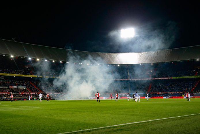 De wedstrijd tussen Feyenoord en Heerenveen kon na een korte onderbreking hervat worden.