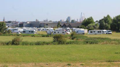 Honderdtal Roma strijken neer op veld naast luchthaven Oostende