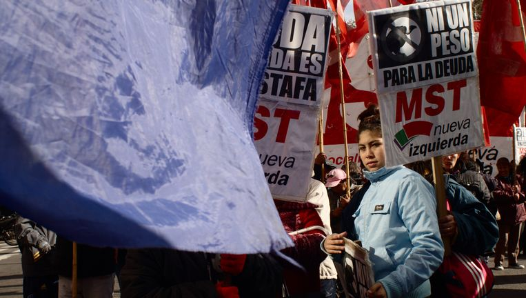 Buenos Aires, begin deze maand: demonstranten verzetten zich tegen afbetaling van staatsleningen aan Elliot Capital en andere 'aasgieren'. Beeld Filippo Fiorini / Demotix