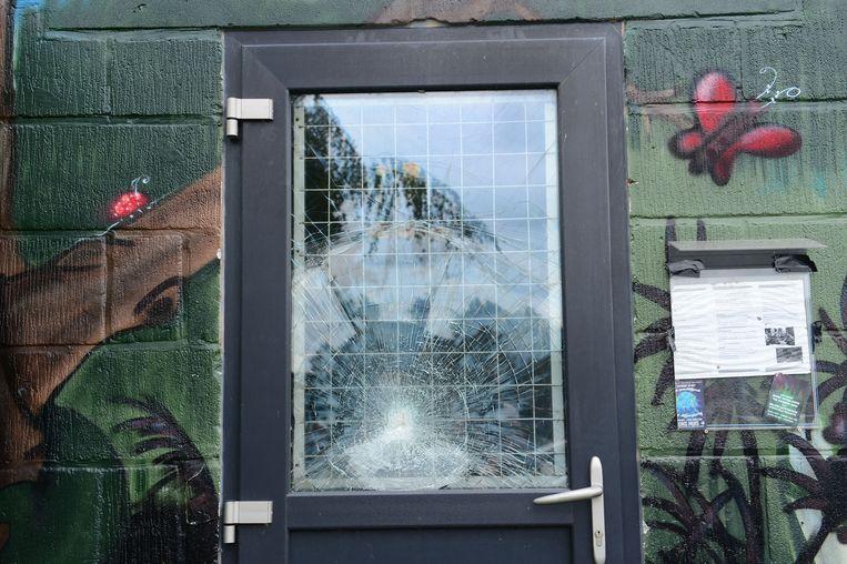 Dit ingeslagen raam herinnert nog aan een vorige inbraakpoging.