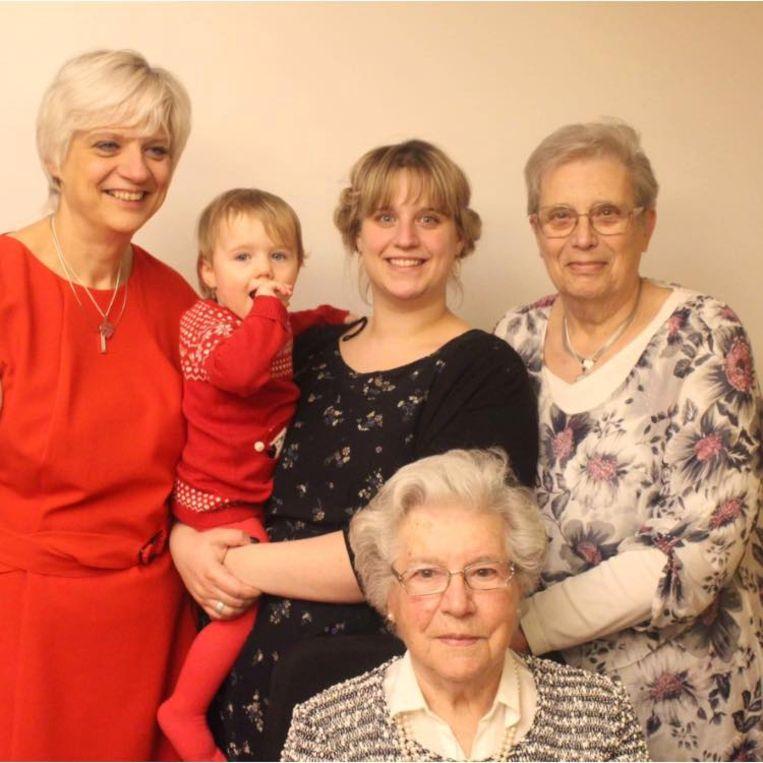Bedovergrootmoeder Victorine (97 jaar), overgrootmoeder Marie-Rose (76 jaar), grootmoeder Ann (54 jaar), mama Aurelie (29 jaar) en  Aster (bijna 2 jaar)