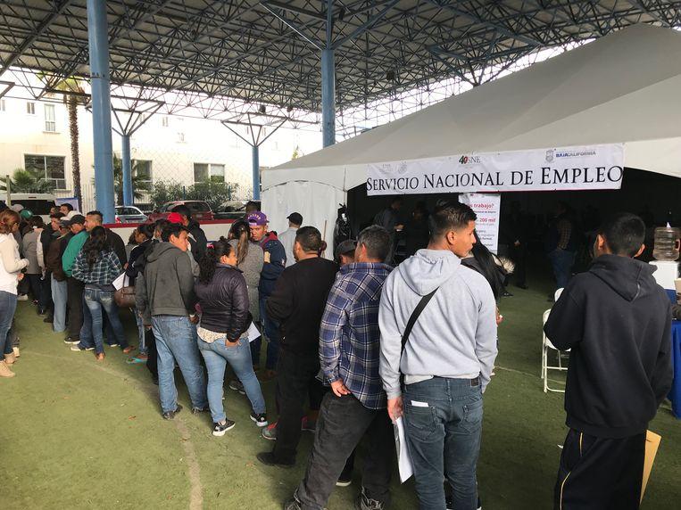 Hondurezen staan in de rij voor de banenmarkt in Tijuana. Beeld Jan-Albert Hootsen
