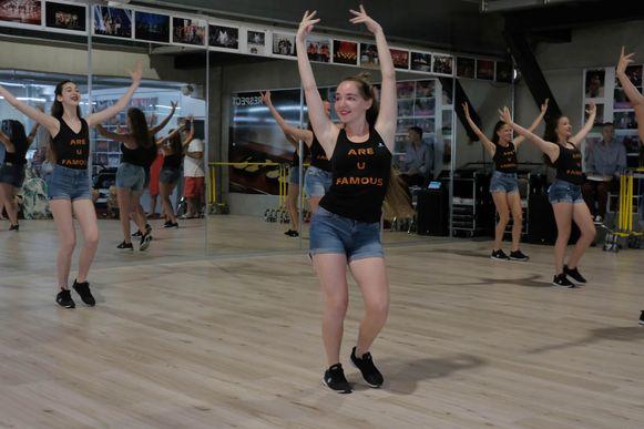 Amber en haar collega-dansers tonen hun kunnen aan het publiek.