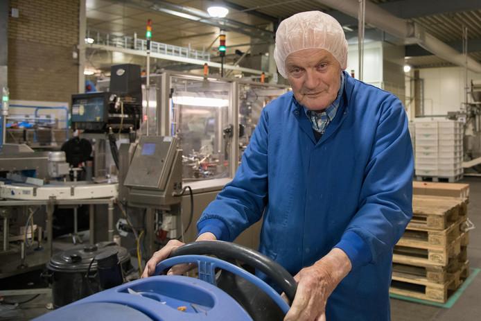 Jan Schaap is 85 en al zestig jaar in dienst van Van Delft. Hij krijgt woensdag  weer een jaar contractverlenging. De fabriek wil hem niet kwijt en Jan wil de fabriek niet kwijt.