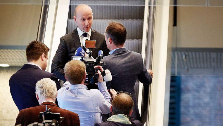 Journalisten stellen vragen aan Verheijen in het Tweede Kamergebouw. Beeld ANP / Martijn Beekman