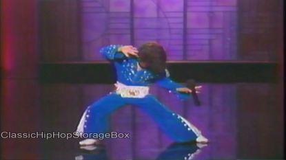 Ontwapenend: jonge Bruno Mars steelt de show als 'Elvis'
