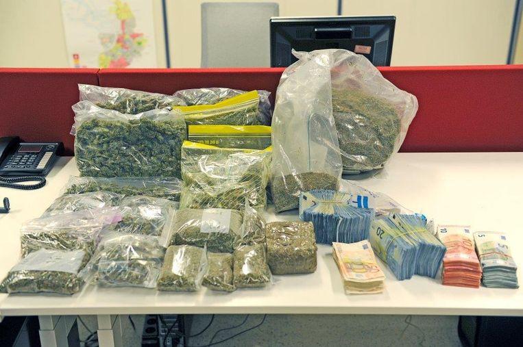 Bij 19 raids werden eind november 2016 21 verdachten opgepakt. Daarbij werd ook 100.000 euro cash in beslag genomen, een groot aantal gsm's, één alarmpistool, 7 kilo hasj, 4,5 kilo marihuana, 6 voertuigen - waaronder een Mercedes en een BMW X3 - en één jetski.
