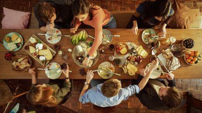 Een tafel met karakters