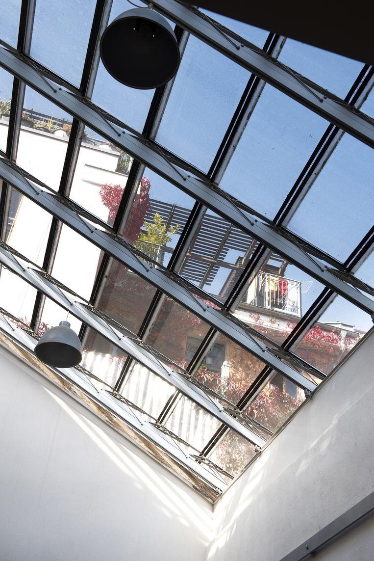 'Ons appartement was eerst behoorlijk donker omdat het op de binnenplaats van een hoog gebouw staat. Door het glazen dak dat we hebben laten maken, is een lekker lichte ruimte ontstaan.' Beeld Els Zweerink