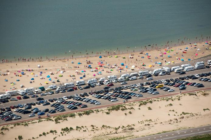 Foto ter illustratie. Drukte bij het strand bij de Brouwersdam.