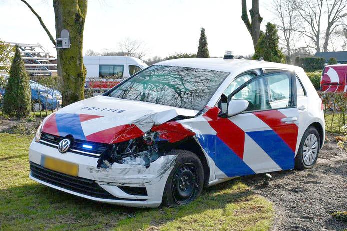 De politieauto raakte zwaar beschadigd en eindigde in de tuin van een kerk.