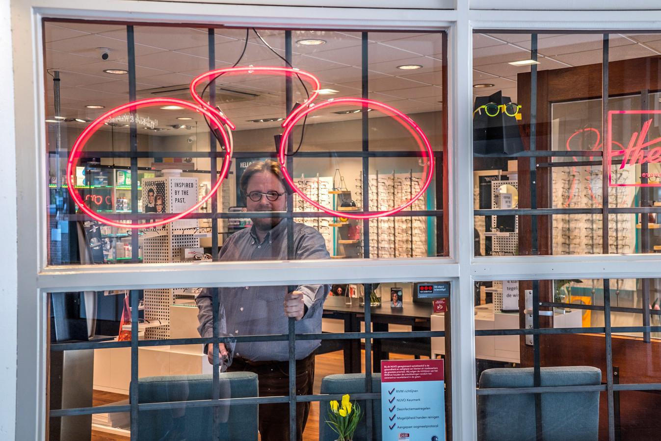 Een hekwerk maakt van Casper Optometrie een ondoordringbare vesting. Dieven kunnen niet meer naar binnen. Foto Fred Leeflang.