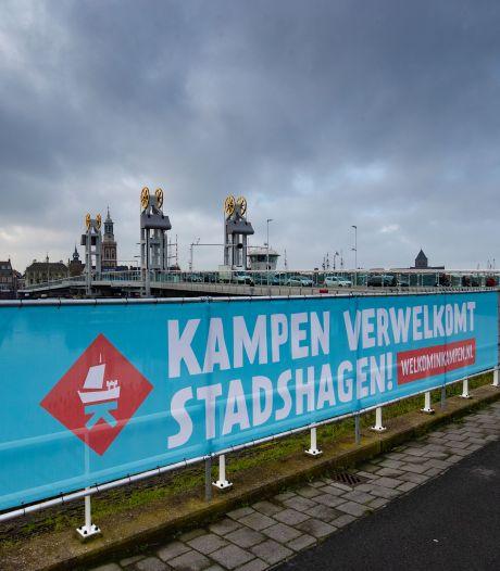 Kampen speelt met megadoek in op opening station Stadshagen: 'Welkom!'