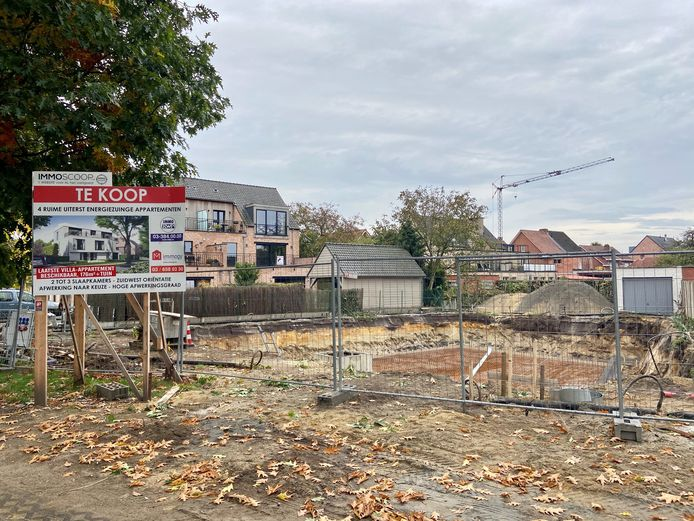 Het college besloot de Karel Uytroevenlaan tijdelijk eenrichting te maken vanwege de start van bouwwerken aan een werf in het begin van de straat