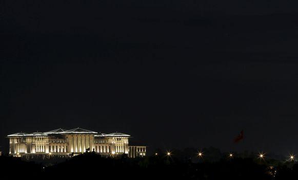Het presidentiële paleis in Ankara bij nacht.
