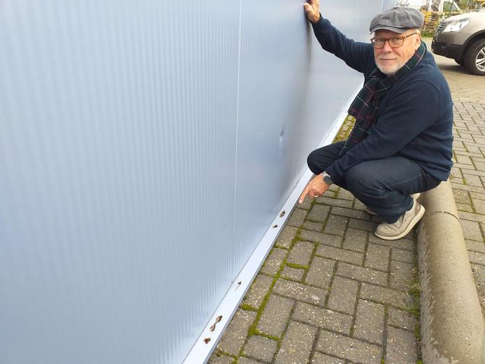Henk Kiewik toont de gaten in de onderdorpel van het pand die ontstaan zijn door roest.
