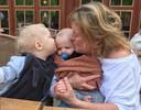 Isabelle Van Hulle avec ses deux petits-enfants Phil en Lewis.