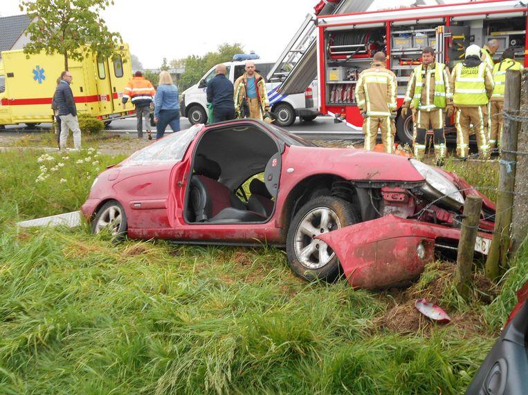 De brandweer moest het rechterportier wegknippen om de vrouw te bevrijden.