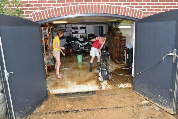 In de Kausdelle kwam het water langs de riolering naar boven gespoten.