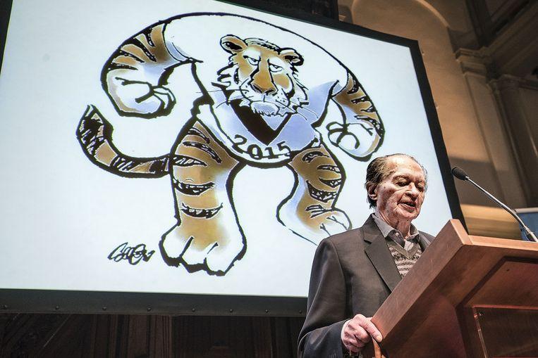 Remco Campert met op de achtergrond een cartoon van Collignon. Beeld Guus Dubbelman