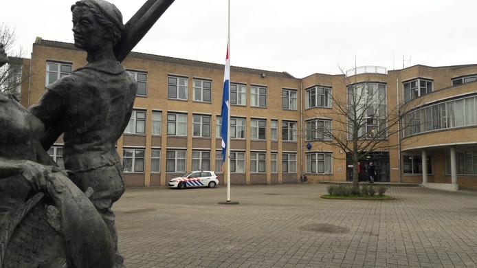 Bij het gemeentehuis in Hardinxveld-Giessendam hangt de vlag halfstok.