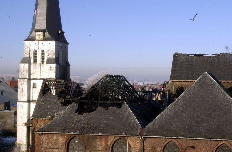 Bovenaanzicht van beschadigde kerk Waarschoot.