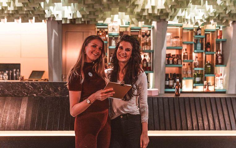 Heleen van Oost, oprichtster van datingbureau Dare To Date (rechts) samen met een medewerker.