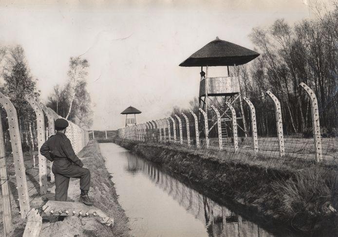 Archieffoto van een Canadese soldaat bij een wachttoren van Kamp Vught.