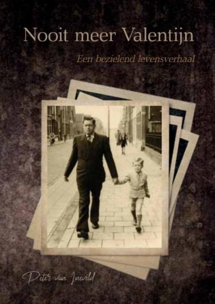 Het boek van Peter van Ineveld, hij en zijn vader lopen door de Hulsdonksestraat.