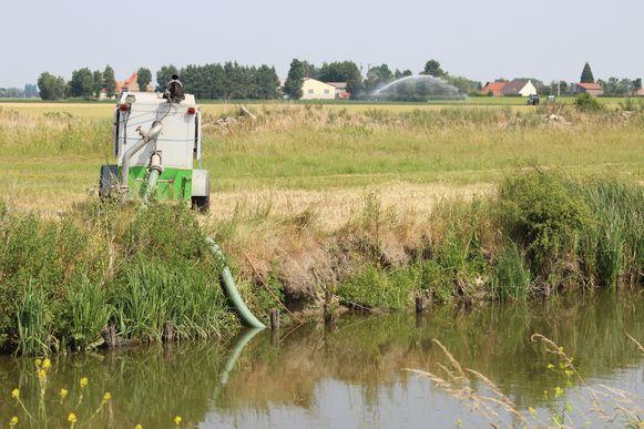 Vanaf morgen mag er geen water meer opgepompt worden uit kwetsbare rivieren, grachten en beken.