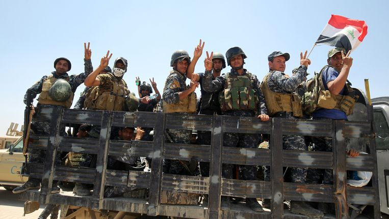 Iraakse soldaten op weg naar Fallujah. Beeld afp