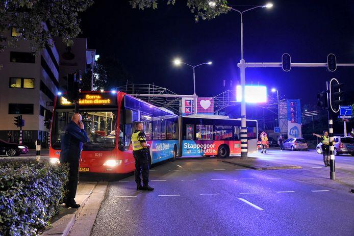 Een stadsbus heeft zich vannacht vastgereden bij de kermis van Tilburg.