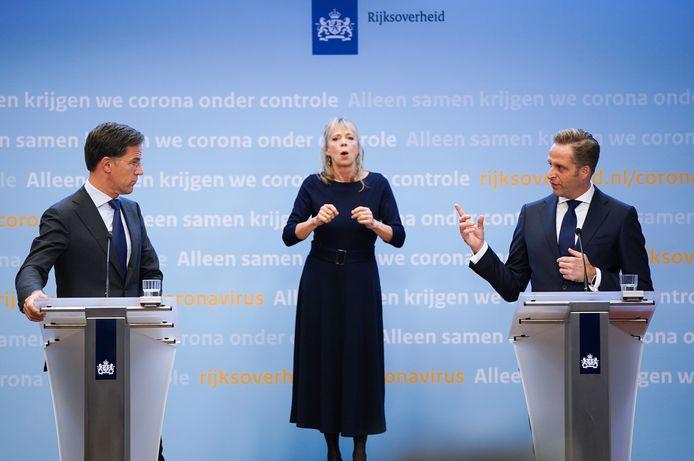 Premier Mark Rutte en minister Hugo de Jonge tijdens de persconferentie dinsdagavond .