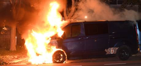 Busje brandt uit aan Rembrandtlaan in Woerden