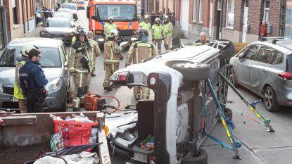 Bestuurder gekneld na indrukwekkende crash tegen geparkeerde auto in Zingem