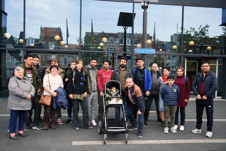 Line De Witte van PVDA met enkele bewoners van Lolanden.