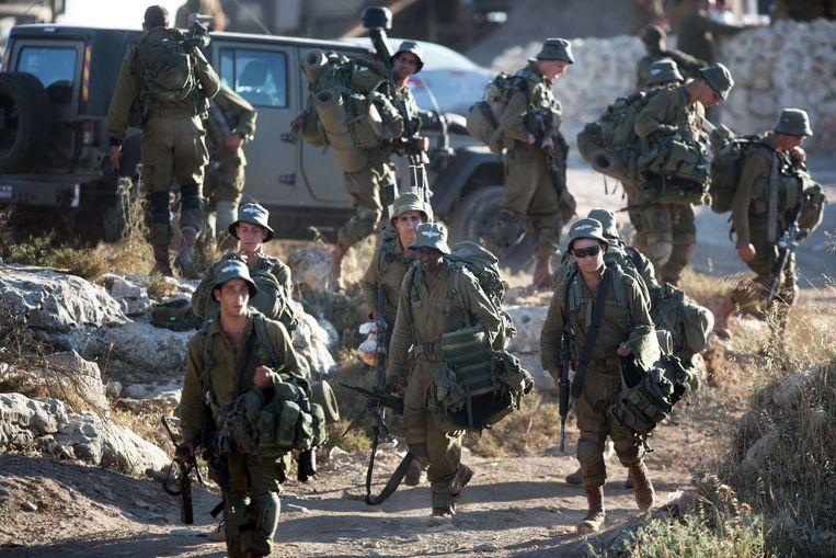 Israëlische soldaten komen aan bij de Palestijnse stad Hebron voor de zoektocht naar de vermiste tieners Beeld afp